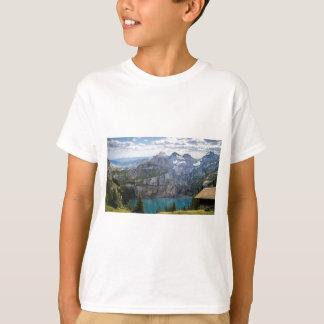 Camiseta O lago azul da montanha oeschinen a lagoa na