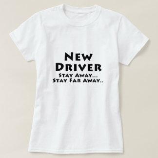 Camiseta O motorista novo permanece afastado a estada longe