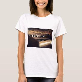 Camiseta O piano antigo velho do teclado fecha o