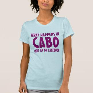Camiseta O que acontece em Cabo termina acima no rosa de