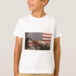 Camiseta O soldado sauda a bandeira dos Estados Unidos