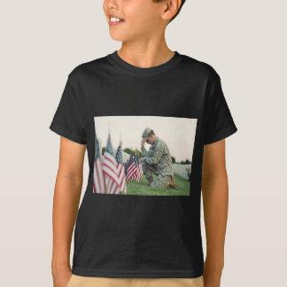 Camiseta O soldado visita sepulturas no Memorial Day