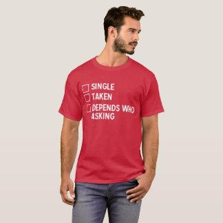 Camiseta O solteiro tomado depende quem está pedindo cómico