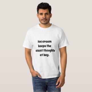 Camiseta O sorvete mantem os pensamentos violentos na baía