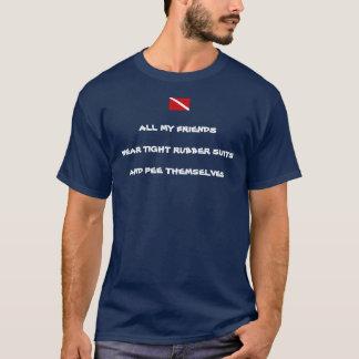 Camiseta O T dos homens fazendo xixi do roupa de mergulho