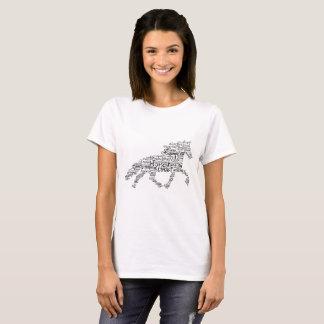 Camiseta O t-shirt básico das mulheres com o cavalo preto