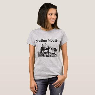 Camiseta O t-shirt das mulheres da casa de estação