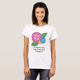 Camiseta O t-shirt do botão da estação da criação