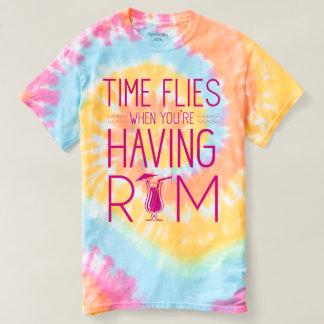 Camiseta O tempo voa quando você está tendo o rum