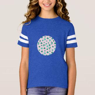 Camiseta O trevo sae do t-shirt do futebol das meninas
