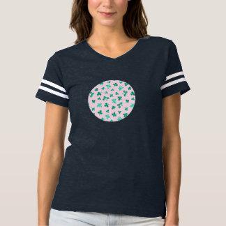 Camiseta O trevo sae do t-shirt do futebol das mulheres
