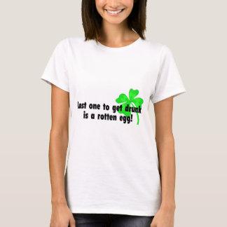 Camiseta O último um para obter o bebado é um ovo podre