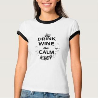 Camiseta O vinho e a calma da bebida mantêm-se
