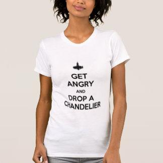 Camiseta obtenha irritado e deixe cair um candelabro