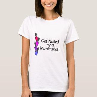 Camiseta Obtenha pregado por um manicuro 2
