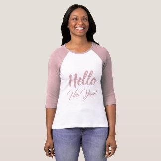 Camiseta Olá! texto do costume do rosa da tipografia do ano