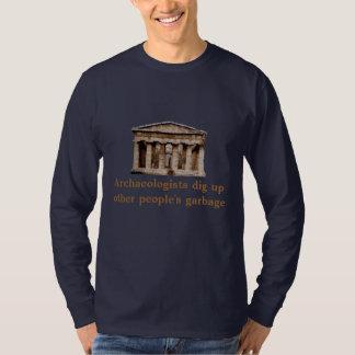 Camiseta Os arqueólogos escavam acima o lixo do outro