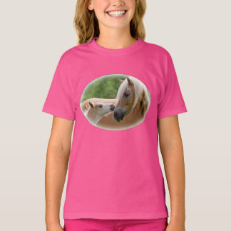 Camiseta Os cavalos de Haflinger Foal e égua que afaga -