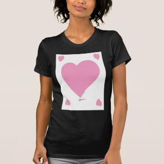 Camiseta os corações cor-de-rosa