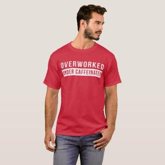 Camiseta Overworked sob a piada engraçada caffeinated do