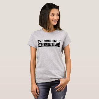 Camiseta Overworked sob caffeinated