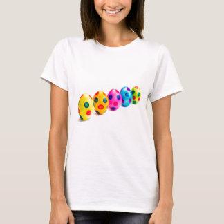 Camiseta Ovos da páscoa pintados na fileira no fundo branco