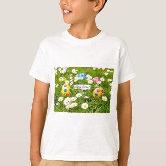 Camiseta Ovos da páscoa pintados na grama com margaridas