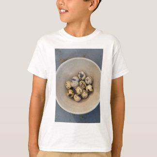 Camiseta Ovos de codorniz em uma bacia