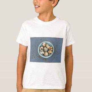 Camiseta Ovos de codorniz em uma bacia verde