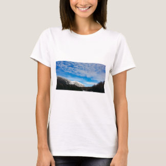 Camiseta Paisagem branca do céu azul da montanha