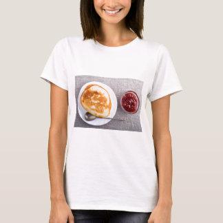 Camiseta Panquecas e um copo de vidro com doce de morango