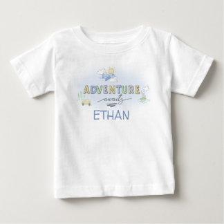 Camiseta Para Bebê A aventura espera o barco do plano do carro do