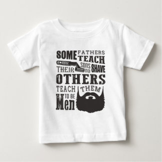 Camiseta Para Bebê A barba, algum pai ensina para barbear outro para