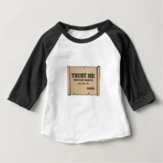 Camiseta Para Bebê a dança diz a cerveja