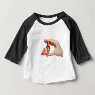 Camiseta Para Bebê A mão guardara o coração humano modelo entre os
