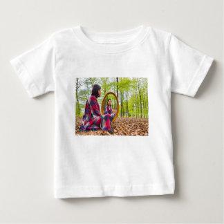 Camiseta Para Bebê A mulher senta-se com o espelho na floresta