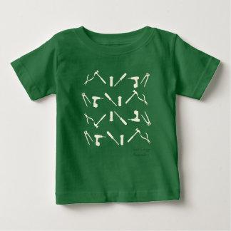Camiseta Para Bebê A oficina do mecânico utiliza ferramentas o