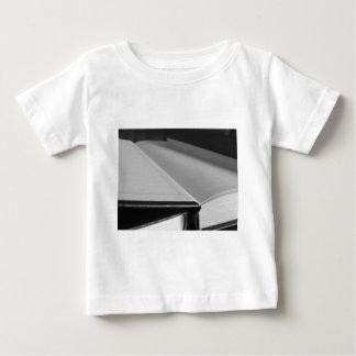 Camiseta Para Bebê A segunda mão registra com páginas vazias em uma