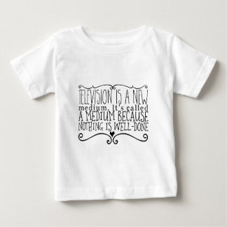 Camiseta Para Bebê A televisão é um meio novo. Chamou um meio