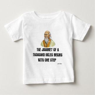 Camiseta Para Bebê a viagem de mil milhas começa com um canto