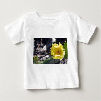 Camiseta Para Bebê abelha iridescente na flor dos nopales