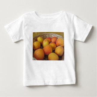 Camiseta Para Bebê Abricós frescos em uma cesta de vime