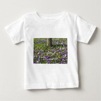 Camiseta Para Bebê Açafrões do campo de flores na grama do primavera