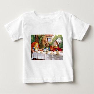 Camiseta Para Bebê Alice no tea party do Hatter louco no país das