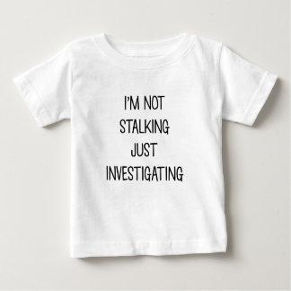 Camiseta Para Bebê Apenas investigando