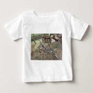 Camiseta Para Bebê Arado velho do ferro e outras ferramentas