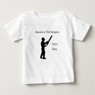 Camiseta Para Bebê Arborist do cirurgião de árvore na serra de cadeia
