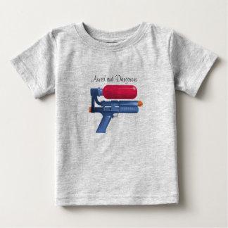 Camiseta Para Bebê Arma de água armada e perigosa