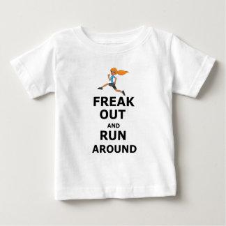 Camiseta Para Bebê Arrepiante para fora e funcionamento ao redor,