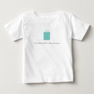 Camiseta Para Bebê As boas coisas vêm no T do bebê dos pacotes